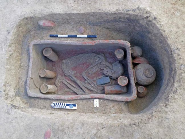 العثور على نعوش طينية نادرة داخل عشرات المقابر المصرية القديمة المكتشفة حديثًا
