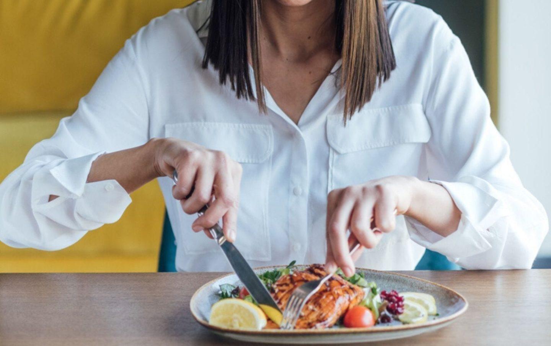 هل يساعد مضغ الطعام ببطء على خسارة الوزن؟