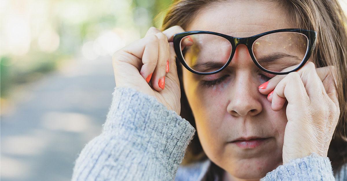 لماذا لا تستطيع التوقف عن لمس وجهك - تجنب لمس العينين والأنف والفم هو أحد الطرق المهمة لتقليل خطر الإصابة بفيروس (كوفيد-19)