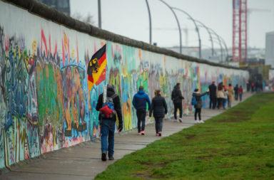 كل ما تود معرفته عن جدار برلين - جدار من الأسلاك شائكة والملاط في ألمانيا الشرقية - الجدار الفاصل بين برلين الشرقية وبرلين الغربية