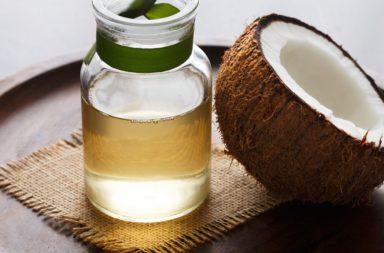 فوائد زيت جوز الهند للشعر - يعتقد أن قدرة زيت جوز الهند على حماية الشعر تعود إلى بنيته الكيميائية - كيفية استخدام زيت جوز الهند للحصول على شعر صحي