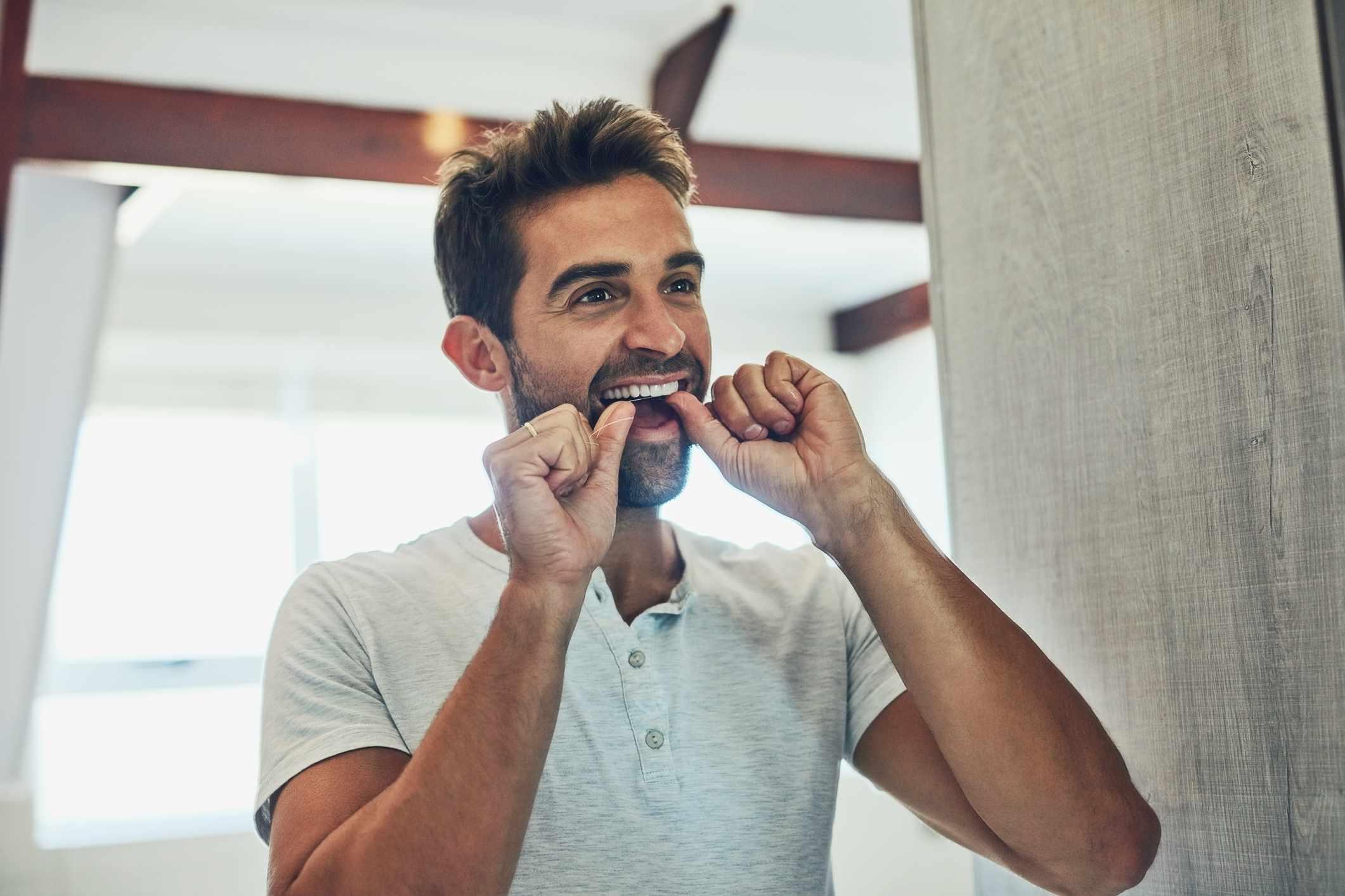 هل من الضروري تنظيف الأسنان بالخيط - هل يجب علينا تنظيف أسناننا باستخدام خيط الأسنان - البكتريا المتراكمة على سطح السن - التسوس