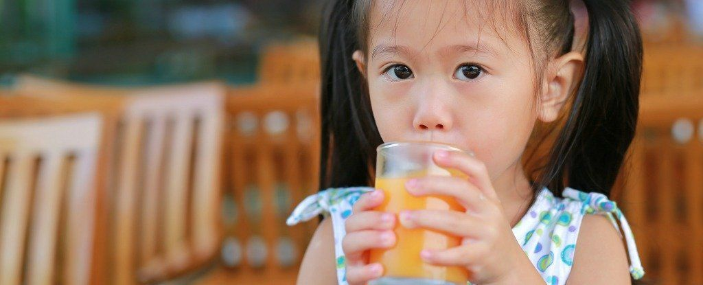 ما مقدار عصير الفواكه الذي يجب على الأطفال شربه؟