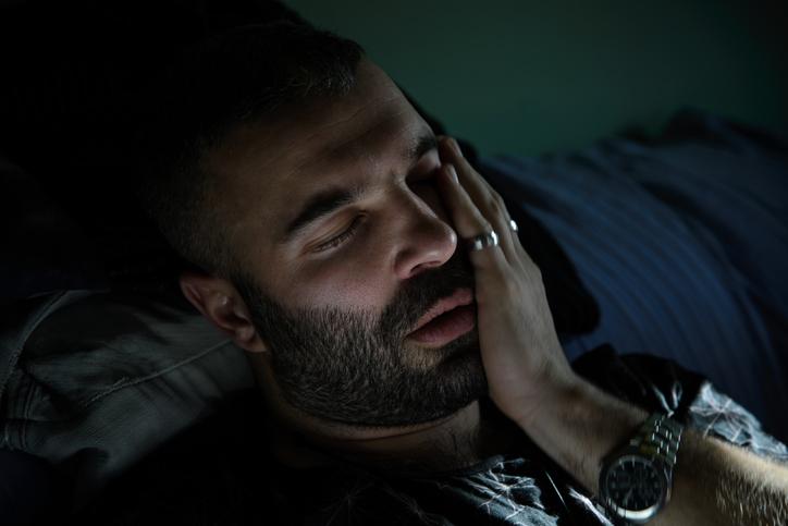 كيف تتخلص من ألم الأسنان ليلًا؟