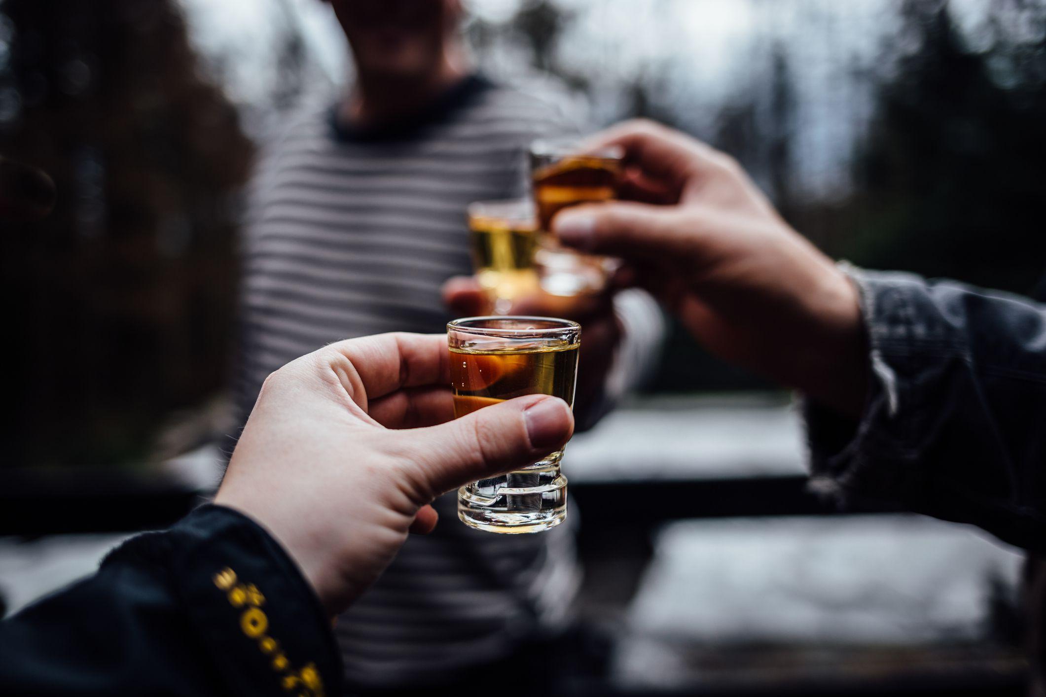 هل يسبب شرب الكحول العنف - استهلاك الكحول يسبب العدوانية والسلوك العدواني - العواقب السلبية المحتملة للدخول في معركة كلامية أو جسدية