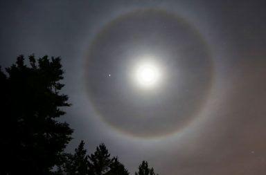 سبب ظهور الهالة حول القمر أو الشمس لماذا نرى حقات مضيئة حول الشمس أو القمر سبب ظهور حلقات في الفضاء سبب رؤية الهالات حول الشمس