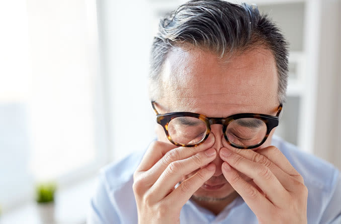 الإحساس بحكة أو حرقة - ألم العين: الأسباب والعلاج - تهيج ناتج من جسم غريب أو عدوى أو جرح - الشعور بوجود حبات رمل أو وخز أو نبضات