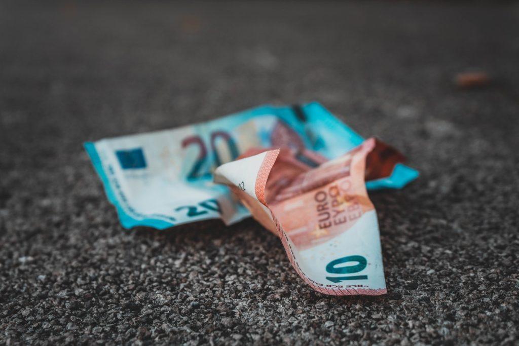 كيف تسيطر الحكومات على التضخم ؟