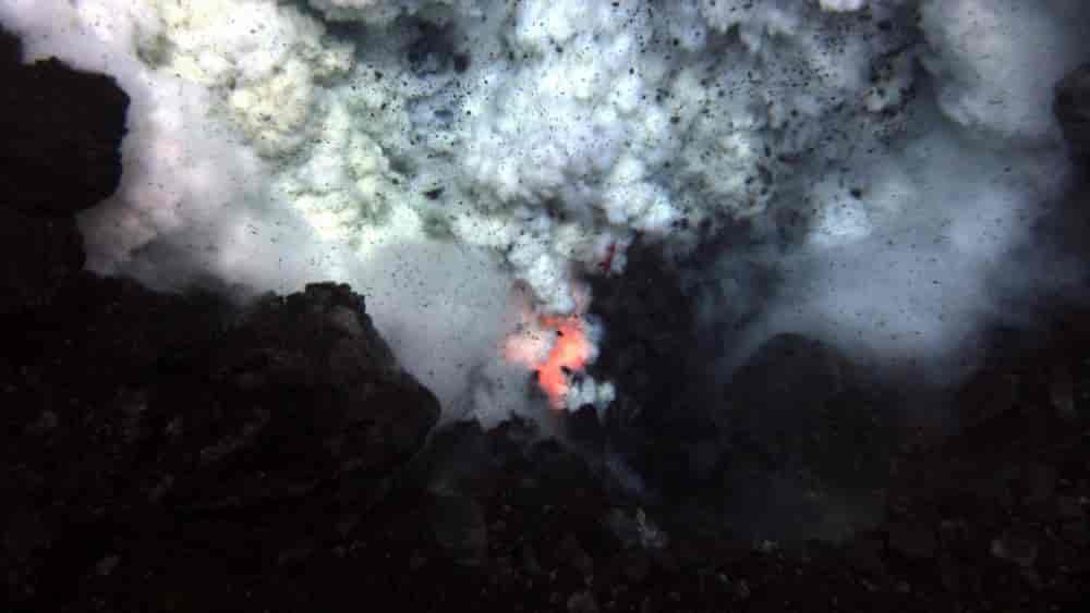 كيف تنفجر البراكين في أعماق البحار - الانفجارات البركانية غير المرئية في قاع محيطات العالم - النشاط البركاني الذي يحدث في قاع المحيطات