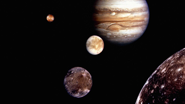 لماذا يمتلك المشتري 79 قمر بينما للأرض قمر واحد؟