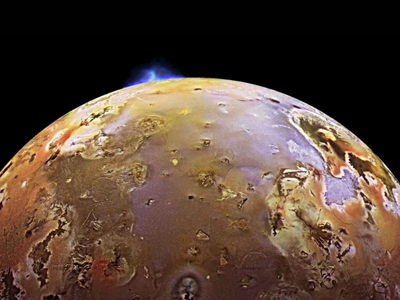 رصد أعمدة من ثاني أكسيد الكبريت تنبعث من براكين قمر المشتري آيو