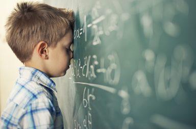 اضطرابات التعلم الأكثر شيوعًا التي قد يعانيها الطفل - اضطرابات تؤثر في العمليات النفسية المرتبطة بالتعلم - صعوبة في قراءة الكلمات بدقة