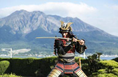 فئة من المحاربين ظهرت في القرن العاشر في اليابان - ما هي أنواع الأسلحة والمهارات القتالية التي استعان بها مقاتلو الساموراي في اليابان؟
