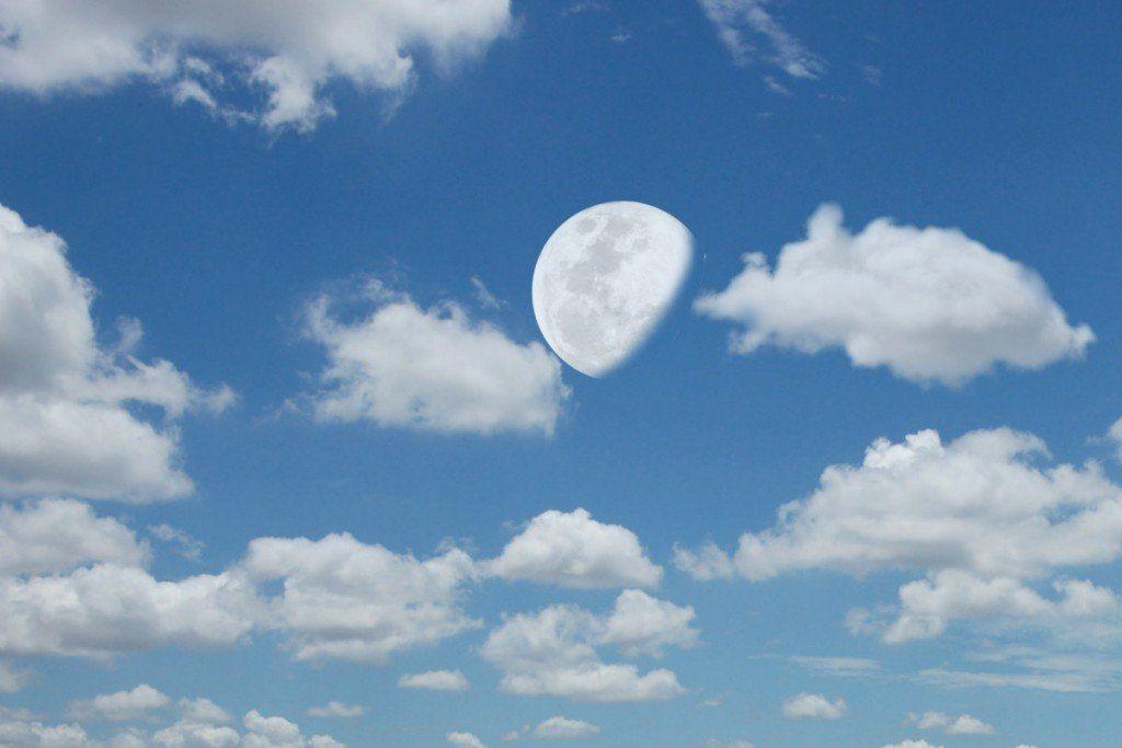 لماذا يظهر القمر خلال النهار؟