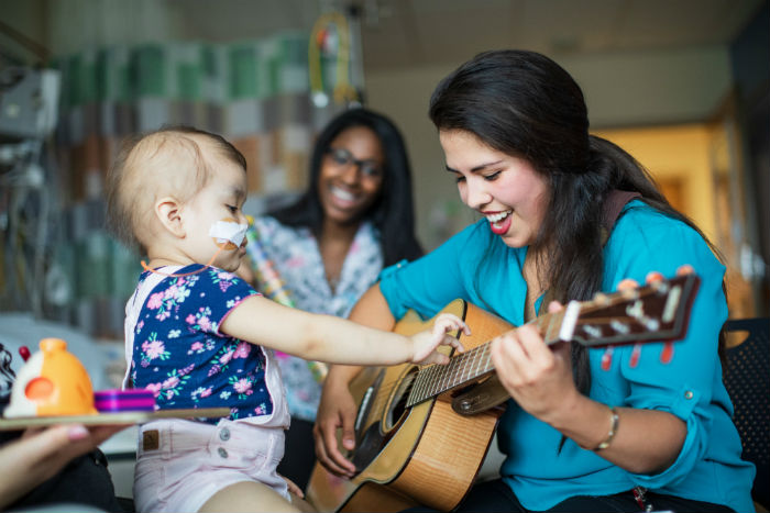 العلاج النفسي بالموسيقى - تطوير المهارات الاجتماعية ومهارات التواصل مع الآخرين والمحيط - تحسين صحة الفرد - الانسجام مع الألحان