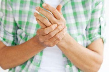 ما هي أسباب الشعور بالخدر والنخز في الأطراف؟ وما العلاج - إسناد الرأس على إحدى الذراعين - تطبيق ضغط على الأعصاب والأوعية الدموية - الاعتلال العصبي