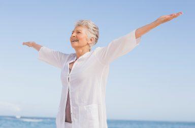 هل نفقد السعادة مع تقدمنا بالعمر - نحن في العشرينيات أسعد منا في السبعينيات من العمر - مستويات السعادة تبقى ثابتة نسبيًا مدى الحياة