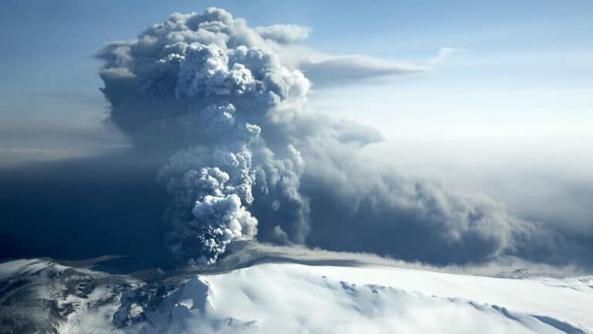 سحابة من المادة البركانية ترتفع من بركان Eyjafjallajokull المتفجر في 18 أبريل 2010 في Eyjafjallajokull ، آيسلندا. الحقوق: NordicPhotos / Contributor / Getty Images