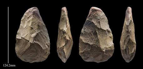 أداة حجرية استُخدمَت فأسًا يدوية من منطقة خل عميشان، يبلغ عمرها 400,000 سنة.