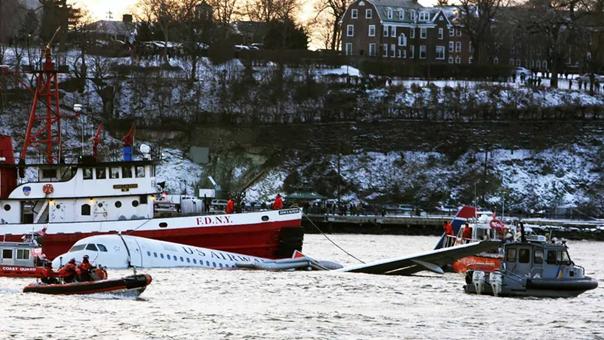 قوارب الإنقاذ تطفو بجوار رحلة الخطوط الجوية الأمريكية رقم 1549 بعدما هبط بها القائد سولينبرغر بأمان على نهر هدسون في 15 يناير 2009، بعد وقت قصير من إقلاعها من مطار لاغوارديا. وبأعجوبة لم يصب أحد بجروح خطيرة. جيريت كلارك / جيتي إيماجيس
