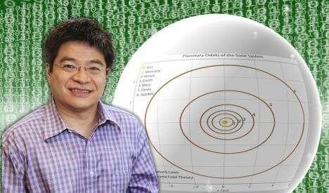 الفيزيائي هونج تشين أمام صورة لمدارات الكوكب وشفرات الحاسوب.