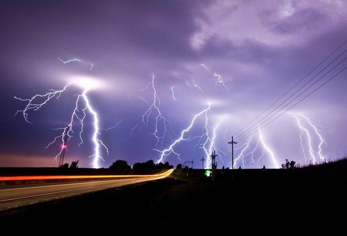 البرق هو تفريغ كهربائي طبيعي يحدث بين السحب أو بين السحب والأرض