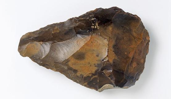 عُثر على أحد الفؤوس اليدوية التي كان يستخدمها النياندرتال في رواسب النهر القديم في مدينة سوان سكومب في منطقة كينت
