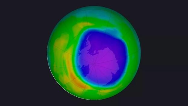 صورة عبر القمر الاصطناعي بنظام لون False Color التُقطت في التاسع عشر من تشرين الأول عام 2020 تبين كمية غاز الأوزون فوق القارة القطبية الجنوبية. يعبر اللون البنفسجي واللون الأزرق عن المناطق ذات الكمية الأقل من غاز الأوزون، بينما يعبر اللون الأصفر والأحمر عن المناطق الأغنى بغاز الأوزون.