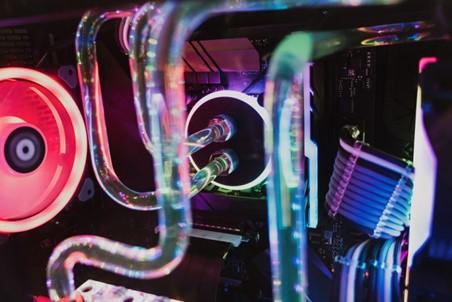 جهاز حاسب مع نظام تبريد مائي