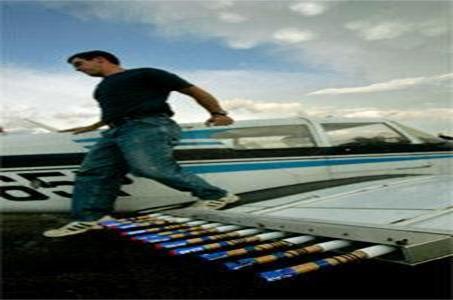 طيّار وهو ينزل من طائرته بعد انتهاء مهمة تعديل الطقس ببذر السحب في سماء غرب كانساس عام 2007