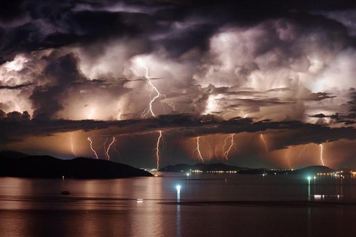 يفكك البرق جزيئات الماء في السحب لتكوين جذور الهيدروكسيل