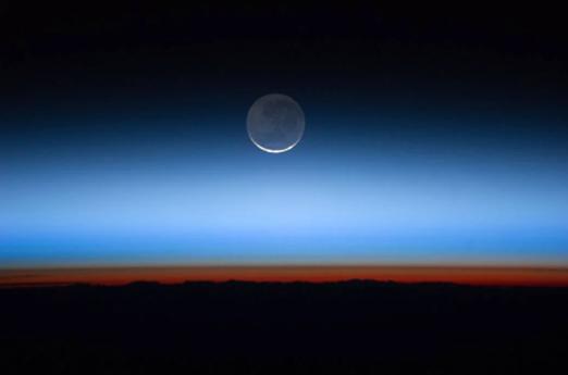 صورة لطبقات الغلاف الجوي التقطت من محطة الفضاء الدولية: اللون الأحمر يمثل التروبوسفير، والأزرق يمثل الستراتوسفير.