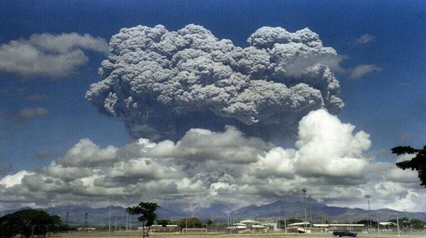 في ظل تغيّر المناخ سيكون للانفجارات البركانية مثل تلك التي حدثت في جبل بيناتوبو في عام 1992 تأثيرات مختلفة. الحقوق: ARLAN NAEG / Stringer / Getty Images.