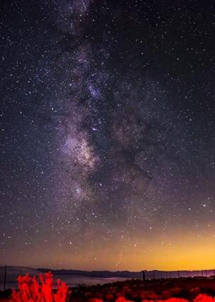 منظر باتجاه مركز المجرة تم التقاطه في صحراء موهافي. (ماثيو سيمون)