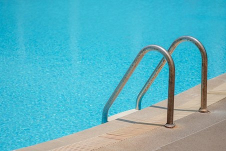 هل لاحظت سابقًا أن مياه المسبح تبقى باردة حتى خلال فصول الصيف الحارقة