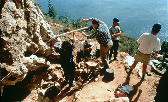 يبحث علماء الأنثروبولوجيا القديمة مع البروفيسور كريس سترينجر عن أدلة على إنسان النياندرتال في حفريات في منطقة جبل طارق، ويحاولون فهم سبب تزامن انقراضهم