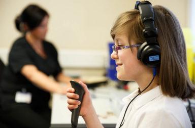 قياس السمع: تقييم الوظيفة السمعية - قياس شدة الأصوات وتواترها التي يقدر المريض على سماعها - اختبار الوظائف السمعية للتأكد من صحة السمع