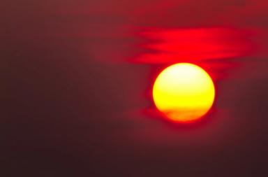 لماذا يتغير لون الشمس إلى اللون الأبيض عند الظهيرة، وإلى اللون الأحمر عند الشروق والغروب - ما هو السبب في تغير لون الشمس - الطيف الضوئي للشمس - الغلاف الجوي