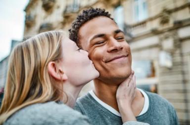 خمس عشرة طريقة يؤثر بها الحب في عقلك وجسدك! 15 أثرًا يدل على الحب - التغيرات التي يحدثها الحب في دماغك في مزاجك وسلوكك خلال علاقة جديدة