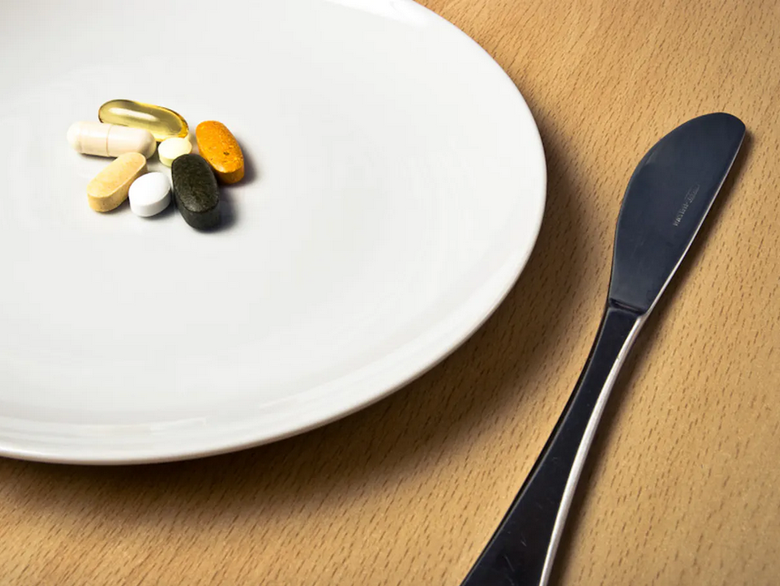 لماذا تناول الدواء مع أو بعد الطعام - الحصول على تأثير الدواء عن طريق تناوله مع الطعام - تأثير الطعام في استجابة الجسم للدواء