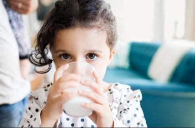 هل يساعد الحليب الأطفال على النمو فعلاً؟ - الأدلة الكامنة وراء العلاقة بين تناول الحليب ومدى تأثيرها في نمو الطفل - العناصر الغذائية في الحليب
