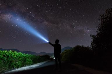 هل هنالك نجوم ميتة ما زال نورها يشع في سمائنا؟ - كم يستغرق ضوء النجوم وقتًا ليصل إلى الأرض؟ - هل النجوم التي نراها في سمائنا ميتة؟