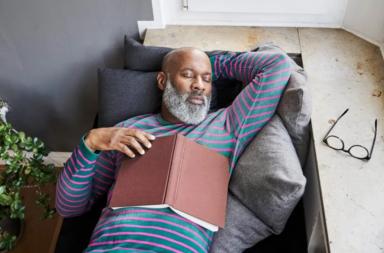 هل تزيد قلة النوم في منتصف العمر خطر الإصابة بالخرف؟ - الحصول على قسط كافٍ من النوم يقلل خطر الإصابة بالخرف في مراحل لاحقة من العمر