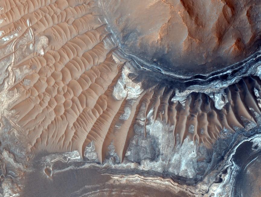 البحيرات الموجودة تحت سطح المريخ تزداد غموضًا