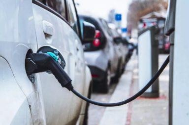 السيارات الكهربائية والسيارات التقليدية: أيهما أطول عمرًا؟ - محركات الاحتراق الداخلي - استخدامنا للطاقة الكهربائية المتجددة