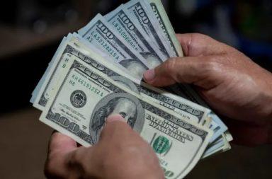 ما هي العوامل التي تؤثر في قيمة الدولار الأمريكي؟ ما أثر العرض والطلب في تحديد قيمة الدولار الأمريكي؟ التقلب في قيمة الدولار الأمريكي