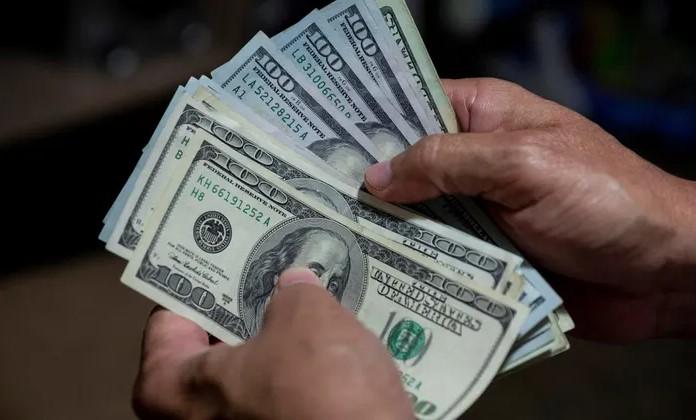 ما هي العوامل التي تؤثر في قيمة الدولار الأمريكي؟