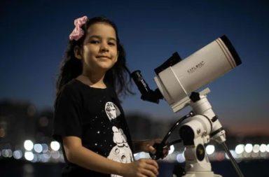 صائدة الكويكبات البرازيلية البالغة من العمر 8 أعوام رسميًا أصغر عالمة فلك في العالم - نيكول أوليفيرا تمد ذراعيها للوصول إلى النجوم في السماء