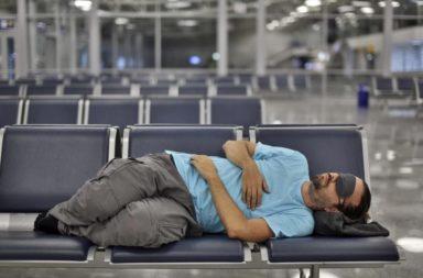 لماذا يضطر كثير من الناس إلى قضاء فترات طويلة قد تمتد لسنوات في المطار؟ - أسباب عدة قد تدفع الأشخاص إلى قضاء أيام في المطار