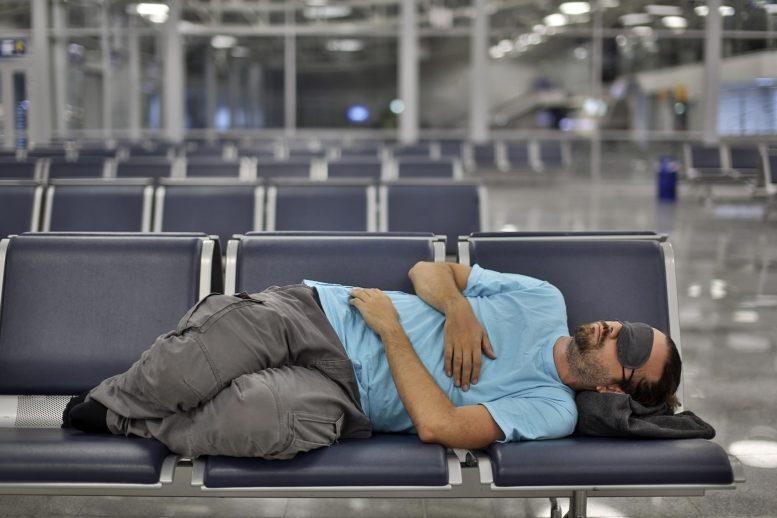لماذا يضطر كثير من الناس إلى قضاء فترات طويلة قد تمتد لسنوات في المطار؟